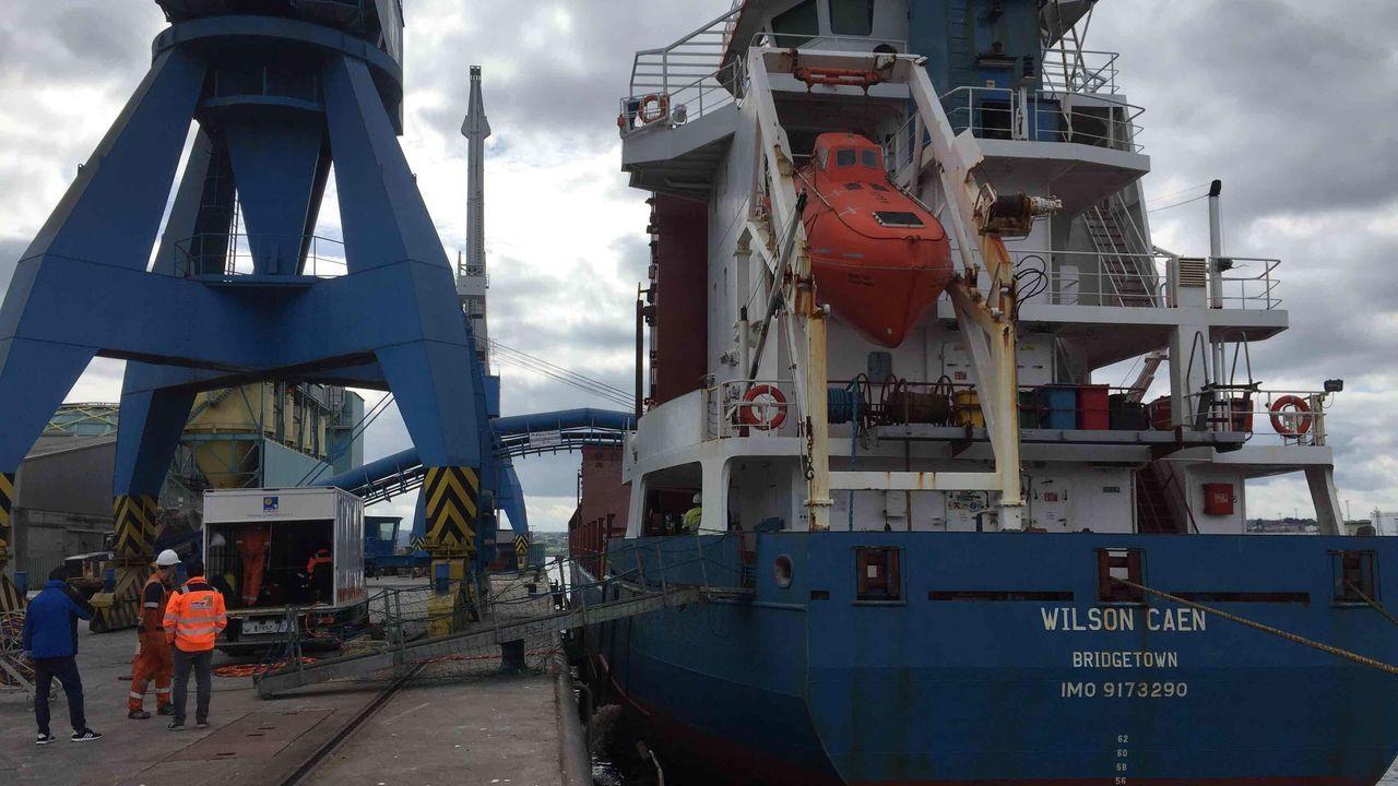 Revisan a flote la obra viva de un buque de 100 metros de eslora en el puerto de A Coruña.Un coche patrulla de la Policía Nacional de Viveiro, en una foto de archivo