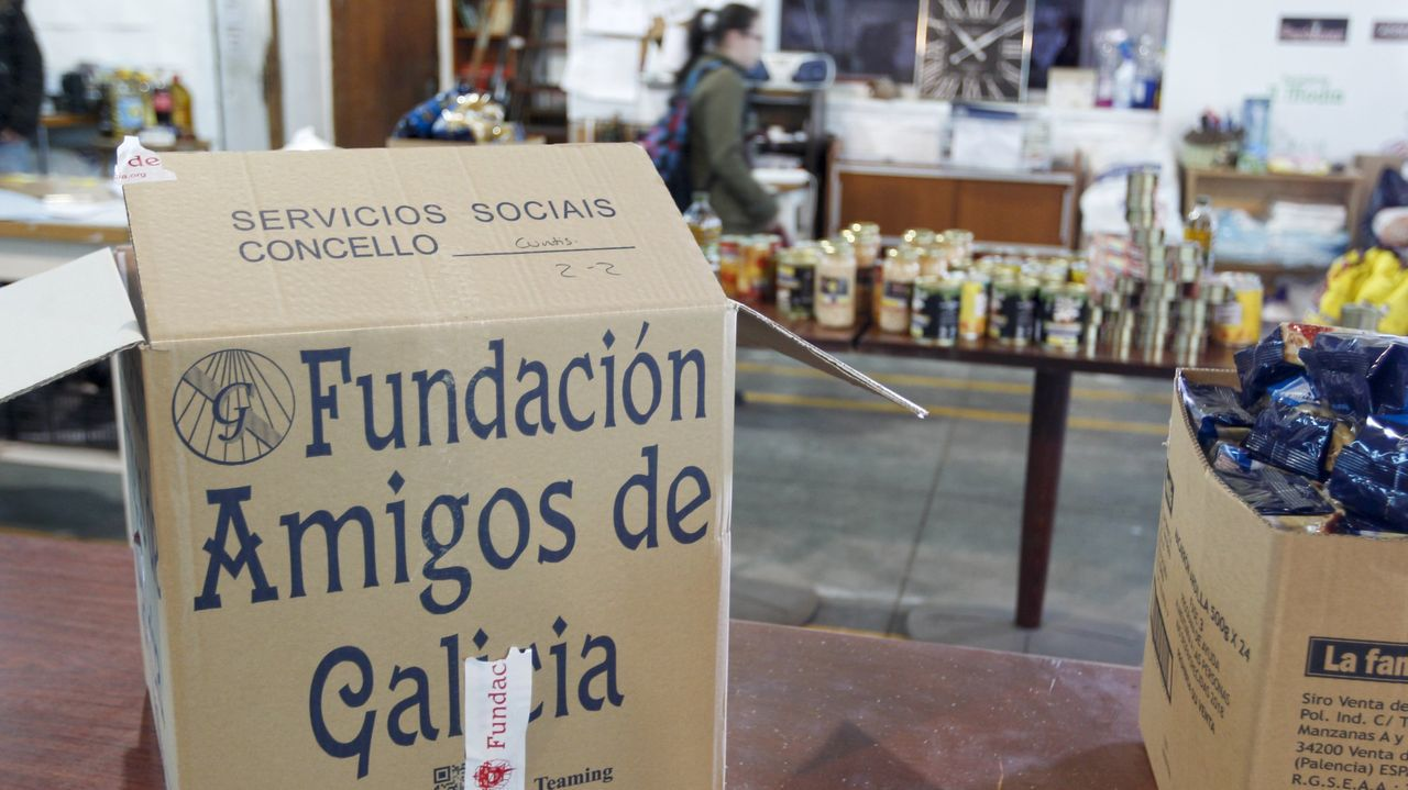 Xosé García, con dúas botellas de leite de Casa da Fonte