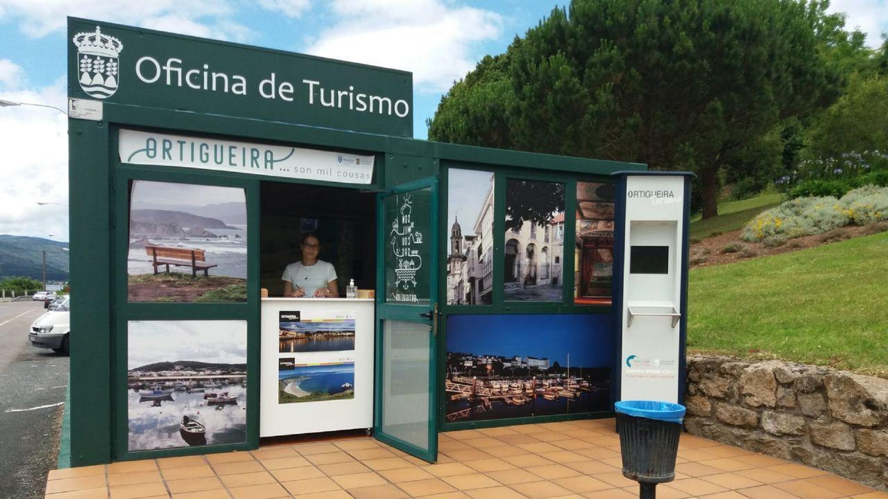 En la oficina de turismo de Ortigueira instalaron un mostrador en la puerta para mejorar la seguridad frente al covid-19