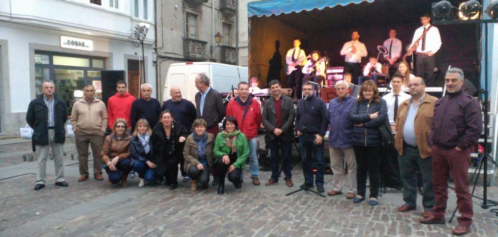 Foto de familia de algunos de los colaboradores en la iniciativa.