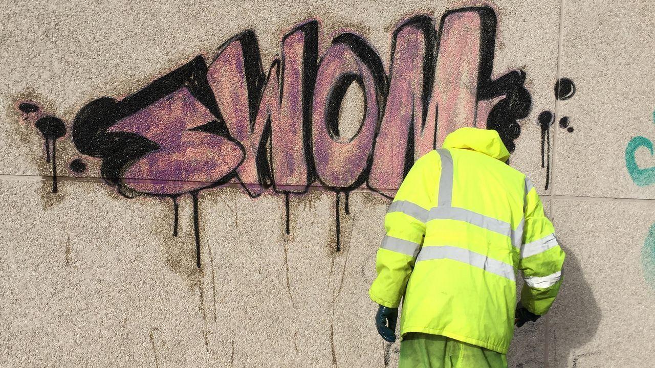 Así se limpian las pintadas en las paredes del centro de Lugo.Martina Aneiros, PP