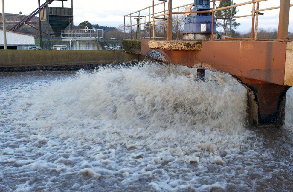 Tratamiento de aguas residuales en la depuradora del polígono, construida en los ochenta.