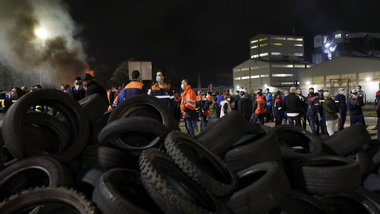 Protesta de los trabajadores de Alcoa cortan la carretera de la costa en Xove.Trabajadores de Alcoa, este sábado por la mañana en una nueva acción de protesta para exigir la paralización del ERE en la rotonda de Lago, en Xove