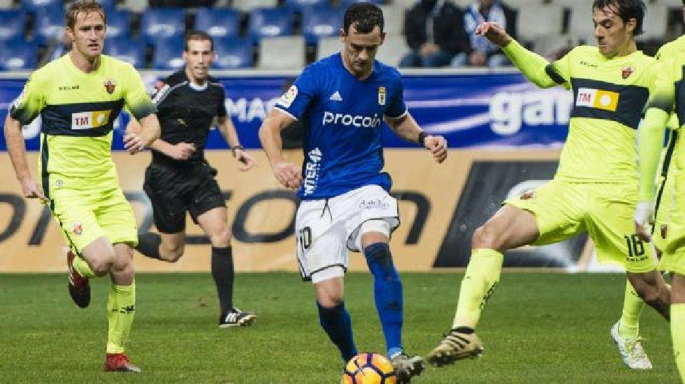 Tejera Real Oviedo Extremadura Carlos Tartiere.Linares conduce el balón en el Oviedo-Elche de la ida