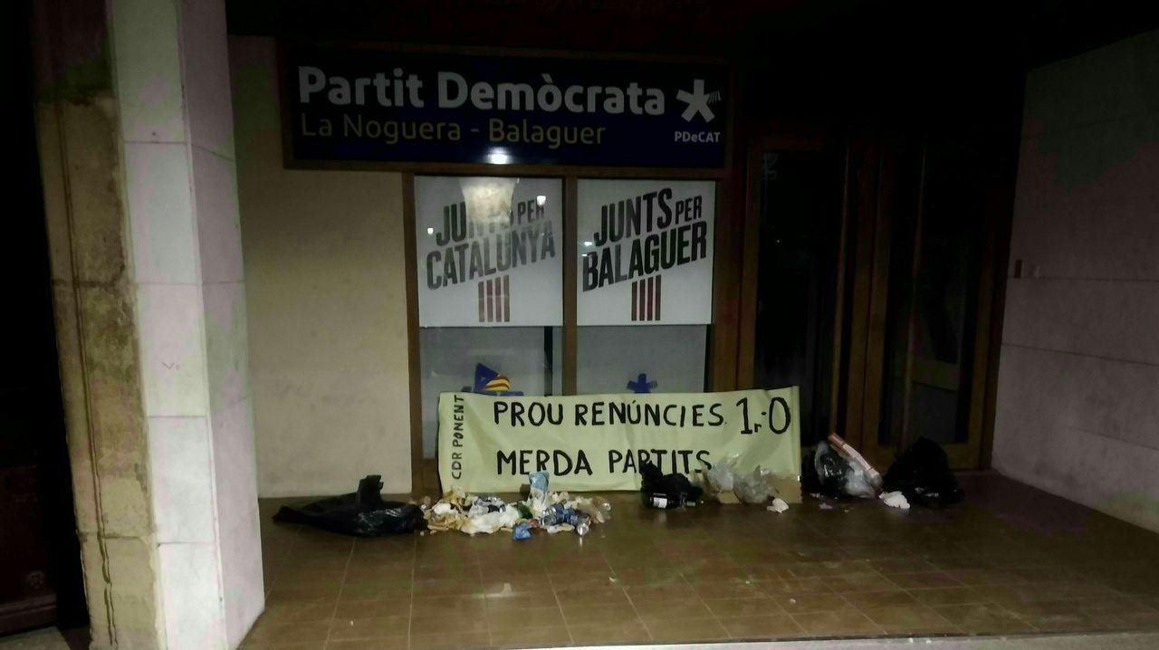 Los CDR depositaron basura delante de las sedes del PDeCAT y ERC, a los que acusan de haber «traicionado» el proceso secesionista