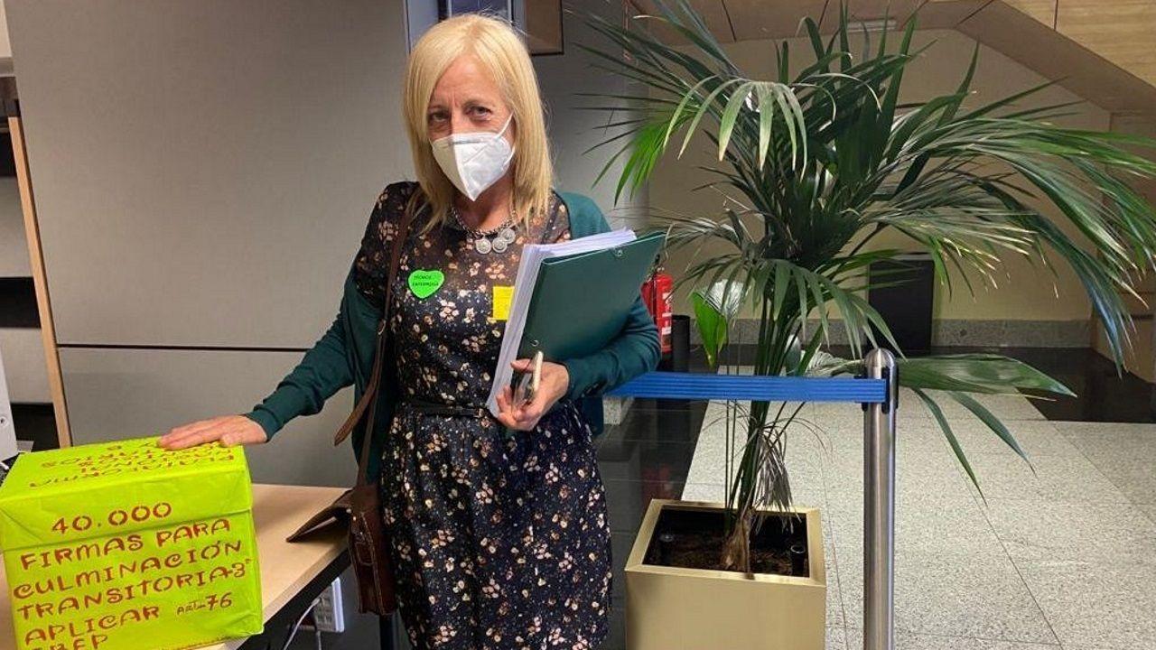 Susana Rivera, portavoz coruñesa de la plataforma de técnicos sanitarios, entregó en el Ministerio de Sanidad 40.000 firmas