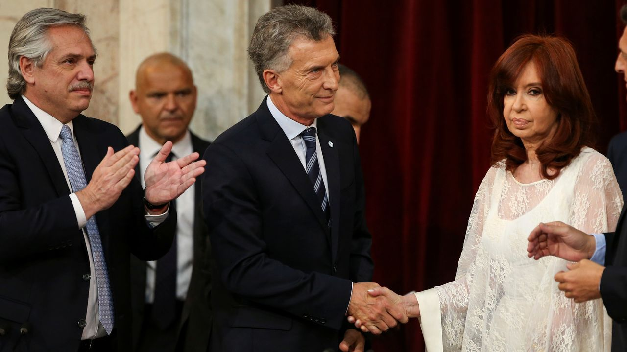 Cristina Fernández evita dirigirse a Macri, durante el acto de investidura