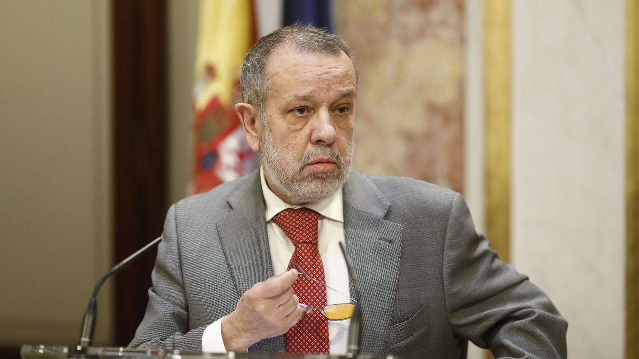 Casado anuncia que el PP recurrirá ante el TC todos los decretos leyes del Gobierno.Miles de catalanes, con la Constitución. El 30 de septiembre, el día antes del referendo ilegal. los manifestantes contra el secesionismo desbordaron la plaza de Sant Jaume. Llevaban banderas españolas, catalanas y europeas.