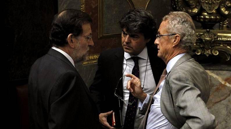 Morenés, a la derecha, con Rajoy y Moragas en el Congreso