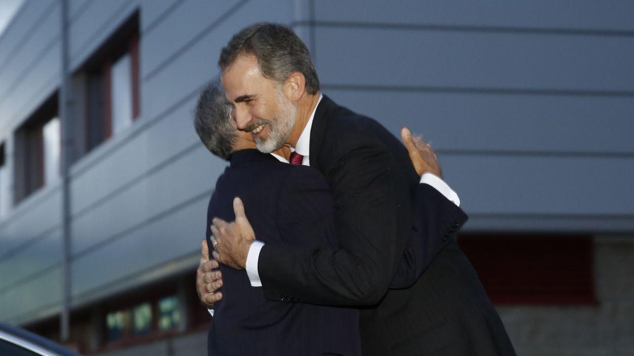 El Finisterre se transforma en alfombra roja.El Rey se fundió en un abrazo con Rebelo de Sousa a su llegada al Museo Santiago Rey Fernández-Latorre