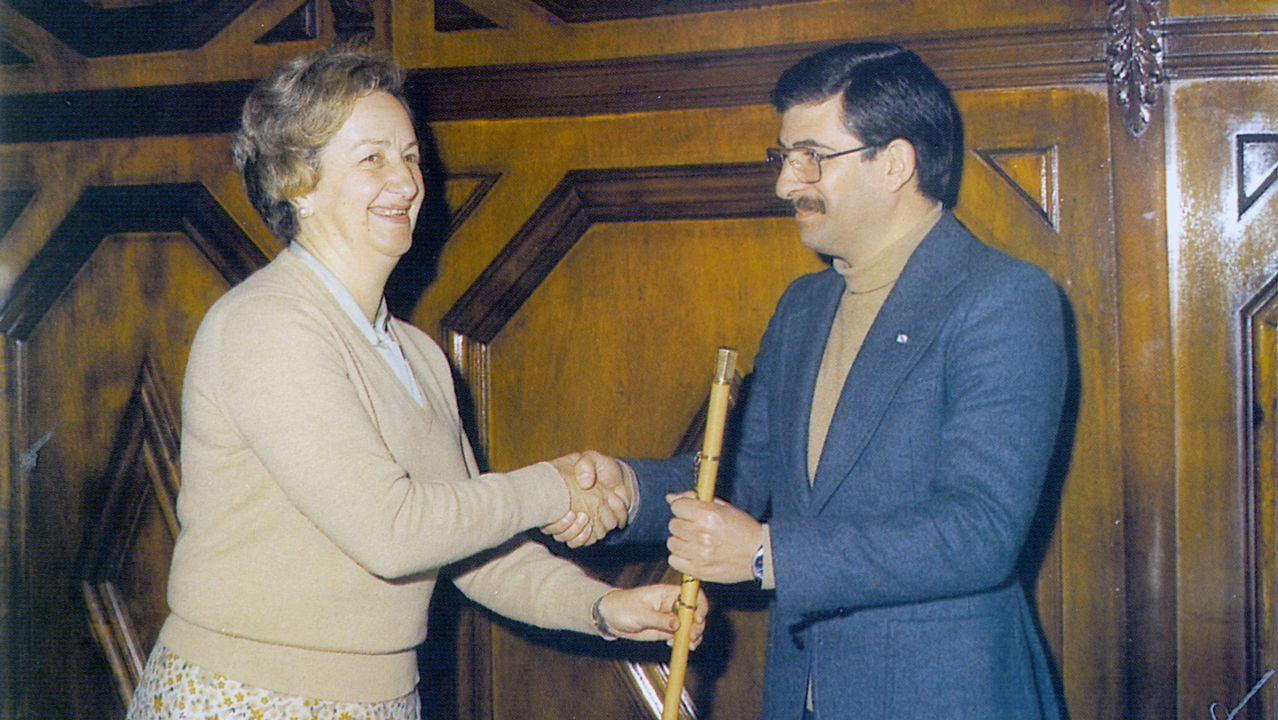 Tapia entrega el bastón de mando municipal a su sucesor, Domingos Merino