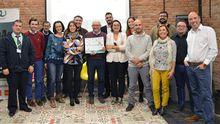 Foto de familia de los proyectos participantes en la Circular Weekend de Gijón con Juan Carlos Miranda en el centro