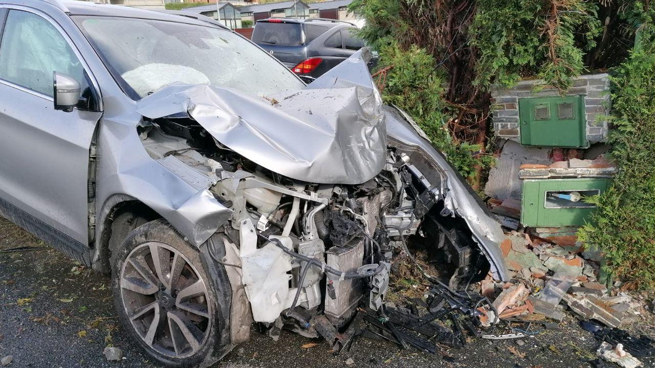 Tras salirse de la carretera, el frontal del vehículo que conducía la herida quedó así