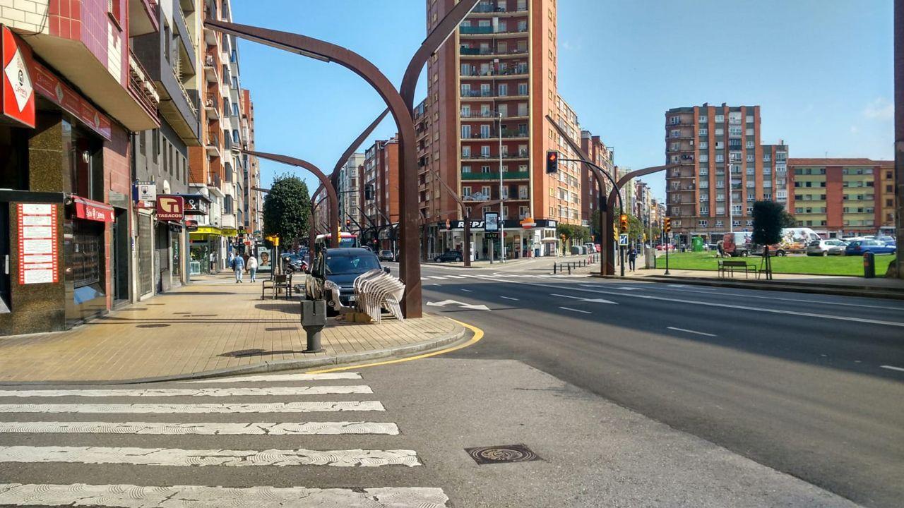 Policía Local, Policía Nacional y Protección Civil de Vigo dan ánimos a los trabajadores de Povisa..El centro de gijón sin apenas gente