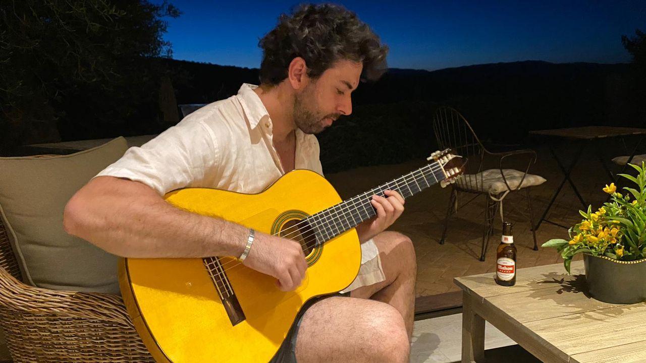 Alargar el verano en A Mariña.David Miranda Labayru, de 25 años, vereanea y teletrabaja este año desde una casa situada en Foz
