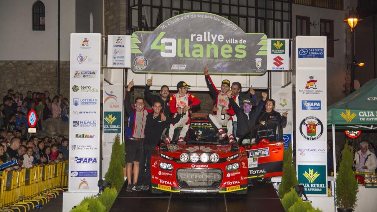 El equipo oficial Citroën con Pepe López y su copiloto Rozada, celebrando el triunfo en el podio del Rallye de Llanes