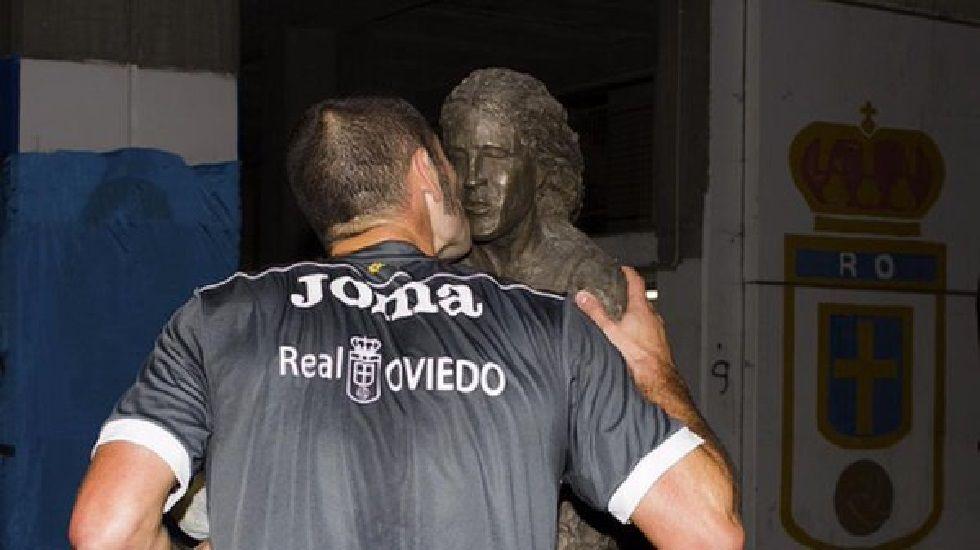 Diego Cervero besa el busto de Armando Barbón en el décimo aniversario de su fallecimiento