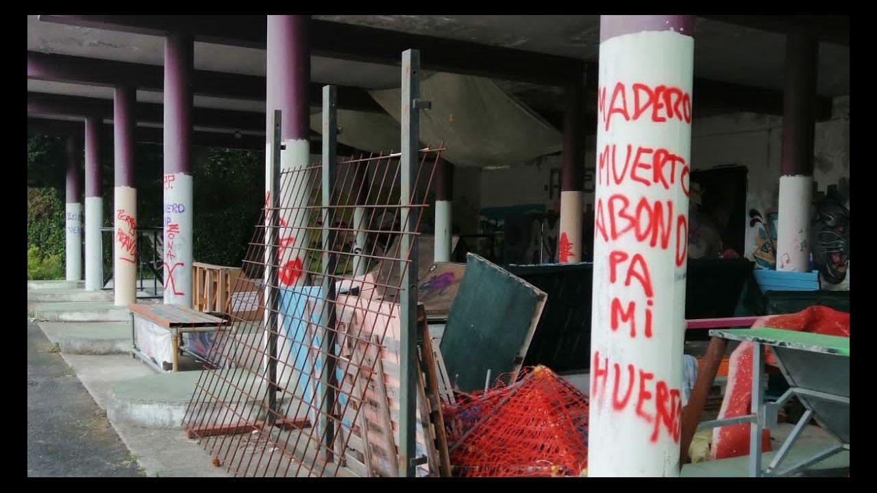 Bomberos de Ferrol retiran una chapa suelta por el temporal en FIMO.