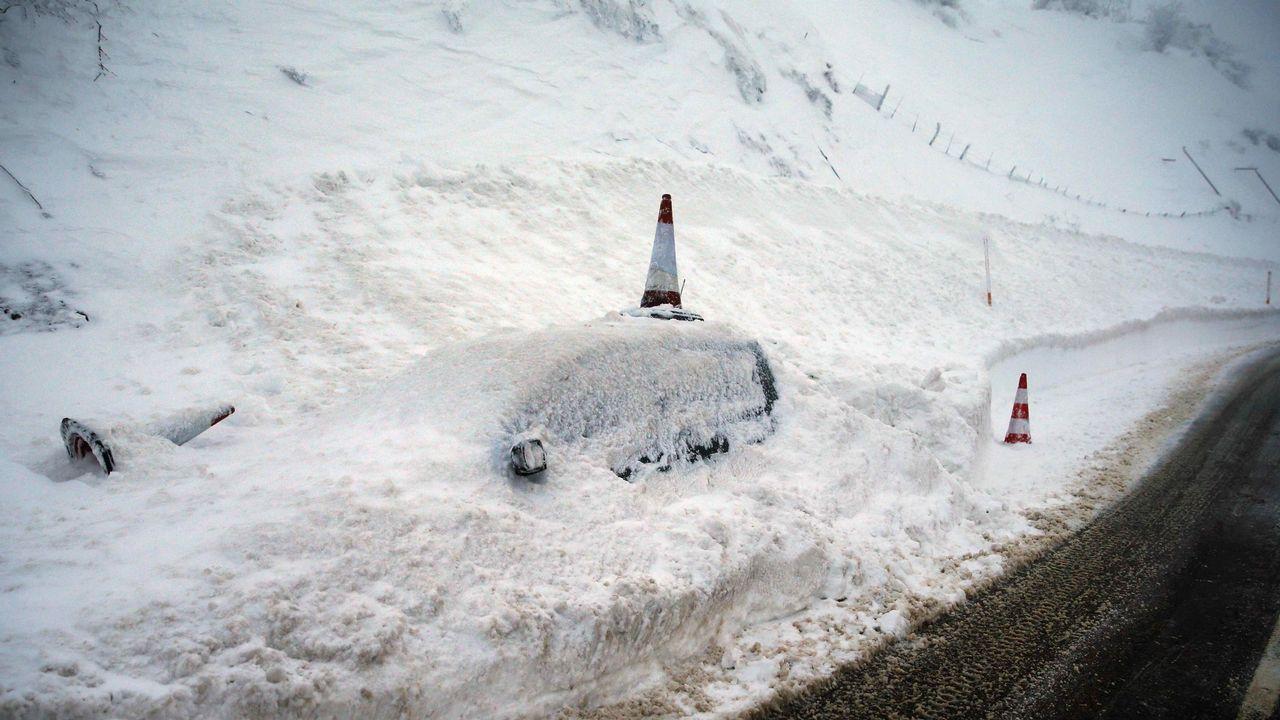 Así se vive el invierno en un hotel a 1.800 metros de altitud.un vehículo permanecen cubierto de nieve, hoy en el pueblo de Pajares (N-630), en una jornada en la que la nieve, el hielo, los argayos y caídas de árboles continúan dificultando las comunicaciones por carretera y tren en Asturias, donde cientos de escolares se quedaron de nuevo sin clase y 2.500 hogares, principalmente del suroccidente, seguían sin suministro eléctrico a primera hora de la noche.