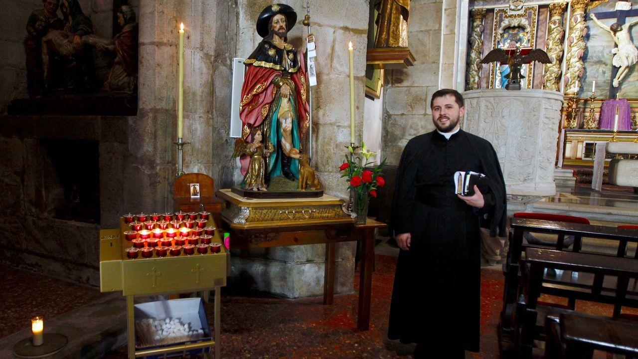 Eduardo, cura de Carril, junto a la imagen de san Roque
