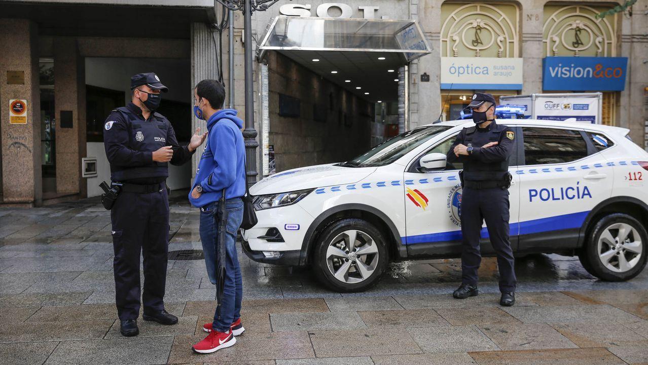 Así improvisa el subcampeón de España de Loopstation.Agentes de la Policía Autonómica, durante un control de movilidad por la alerta sanitaria en Ourense