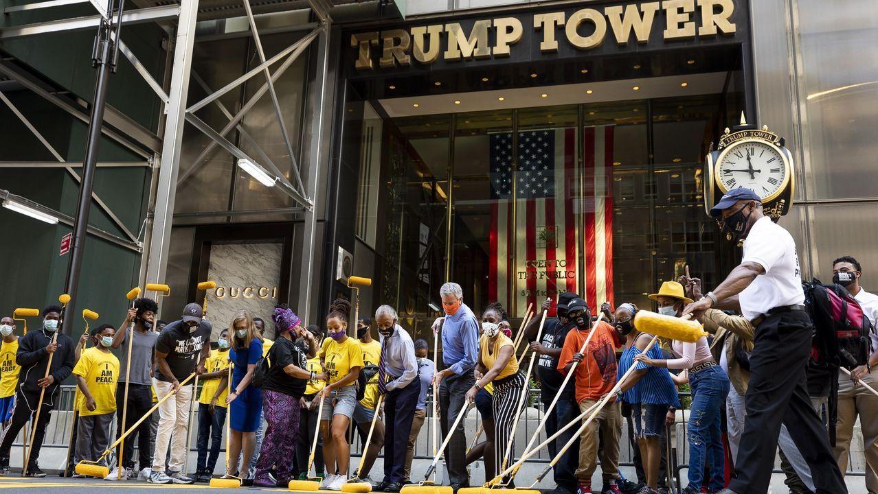 De Blasio, en el centro con camisa azul, durante la pintada frente a la Torre Trump en Nueva York
