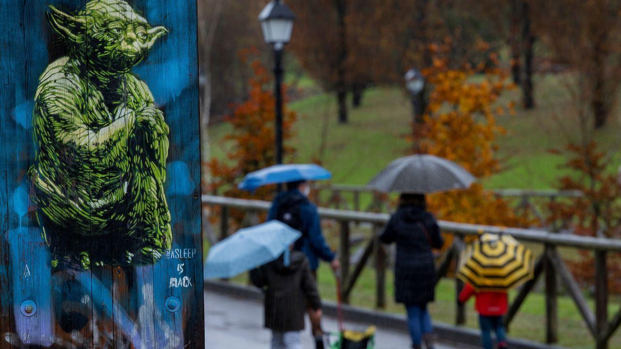 Varias personas pasean por el parque de Invierno de Oviedo