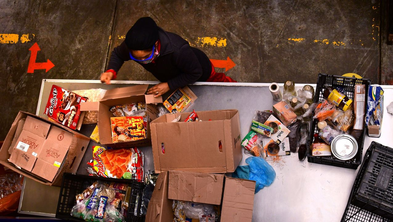 Voluntarios del Banco de Alimentos México seleccionan alimentos para donar, en Cuatitlán Izcalli, México