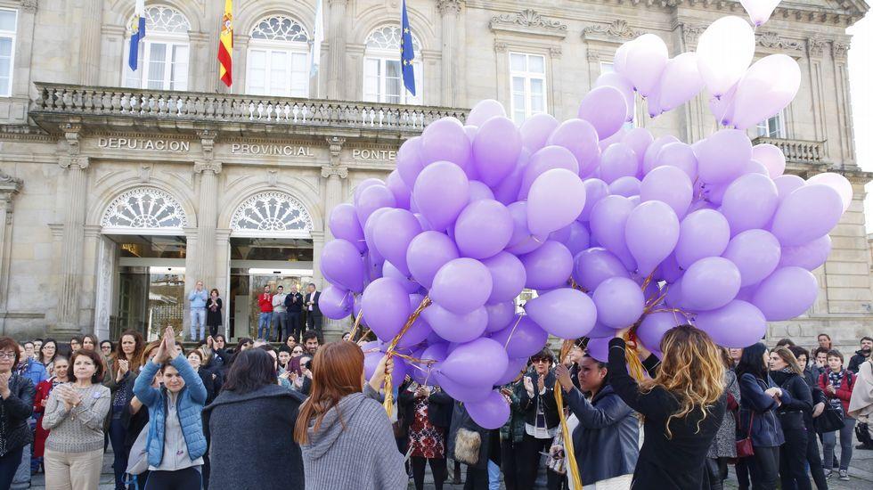 Santiago Freire: «As mulleres sangran sen cortarse».Concentración en la escalinata de la Deputación de Pontevedra, donde se leyó un manifiesto por una funcionaria DIA DA MULLER