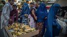 Mujeres con el burka en un mercadillo en la ciudad afgana de Kunduz.