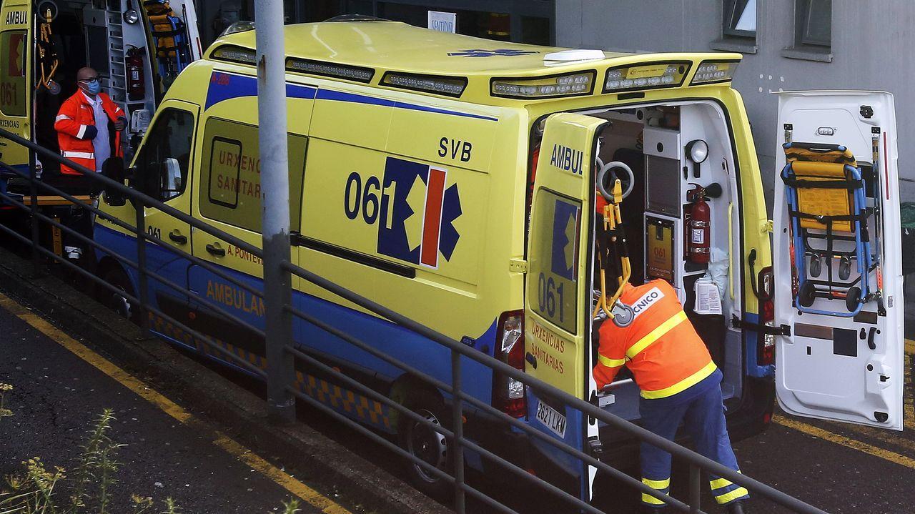 Técnicos en emergencias sanitarias (TES), en la entrada de urgencias del hospital Montecelo, en Pontevedra