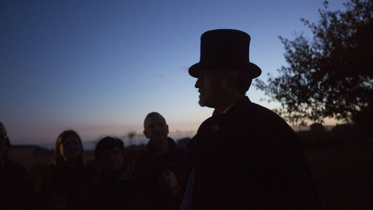 Las imágenes de la iluminación navideña en la Costa da Morte.Pondal volverá a la vida de la mano de Suso Martínez y la visita teatralizada que guiará en Dombate el sábado diá 7