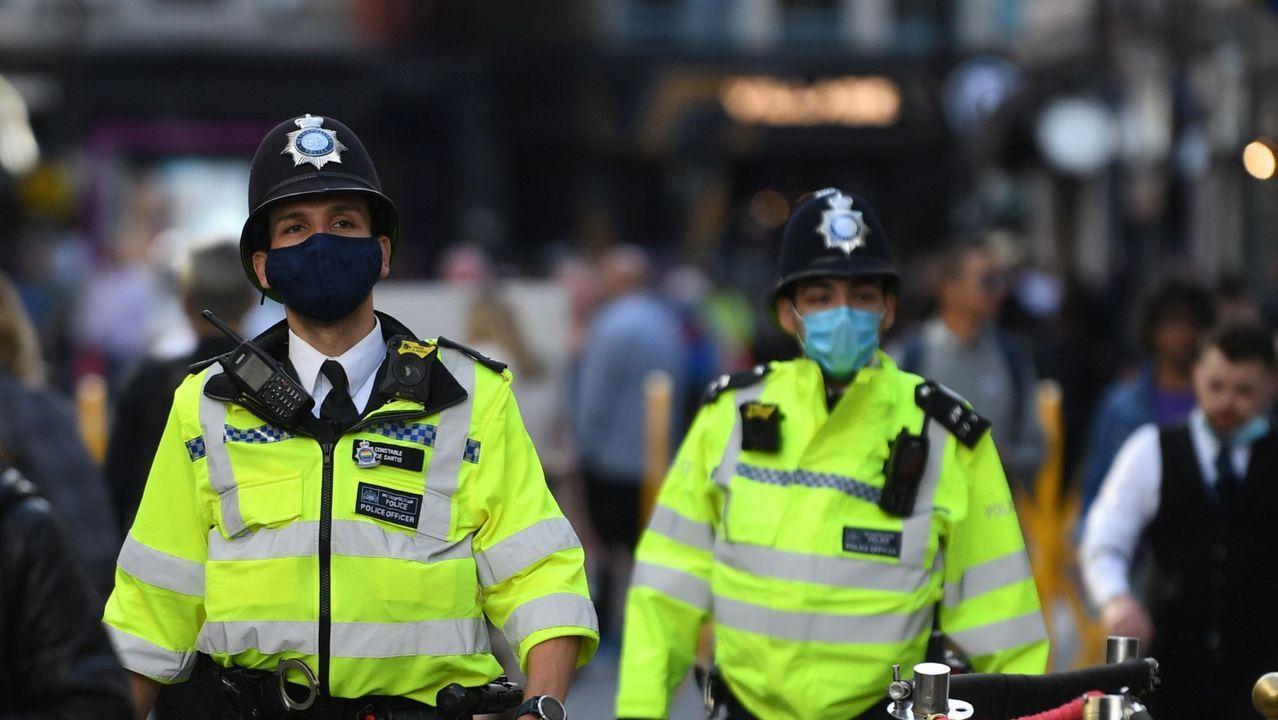 Agentes de policía patrullando por las calles de Londres