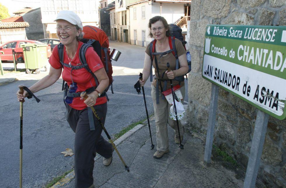 A Vigo sin pasar por Santiago.Peregrinas alemanas atraviesan Chantada en una de las etapas del Camino de Invierno.