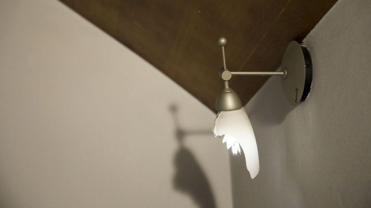 Una de las lámparas también apareció rota