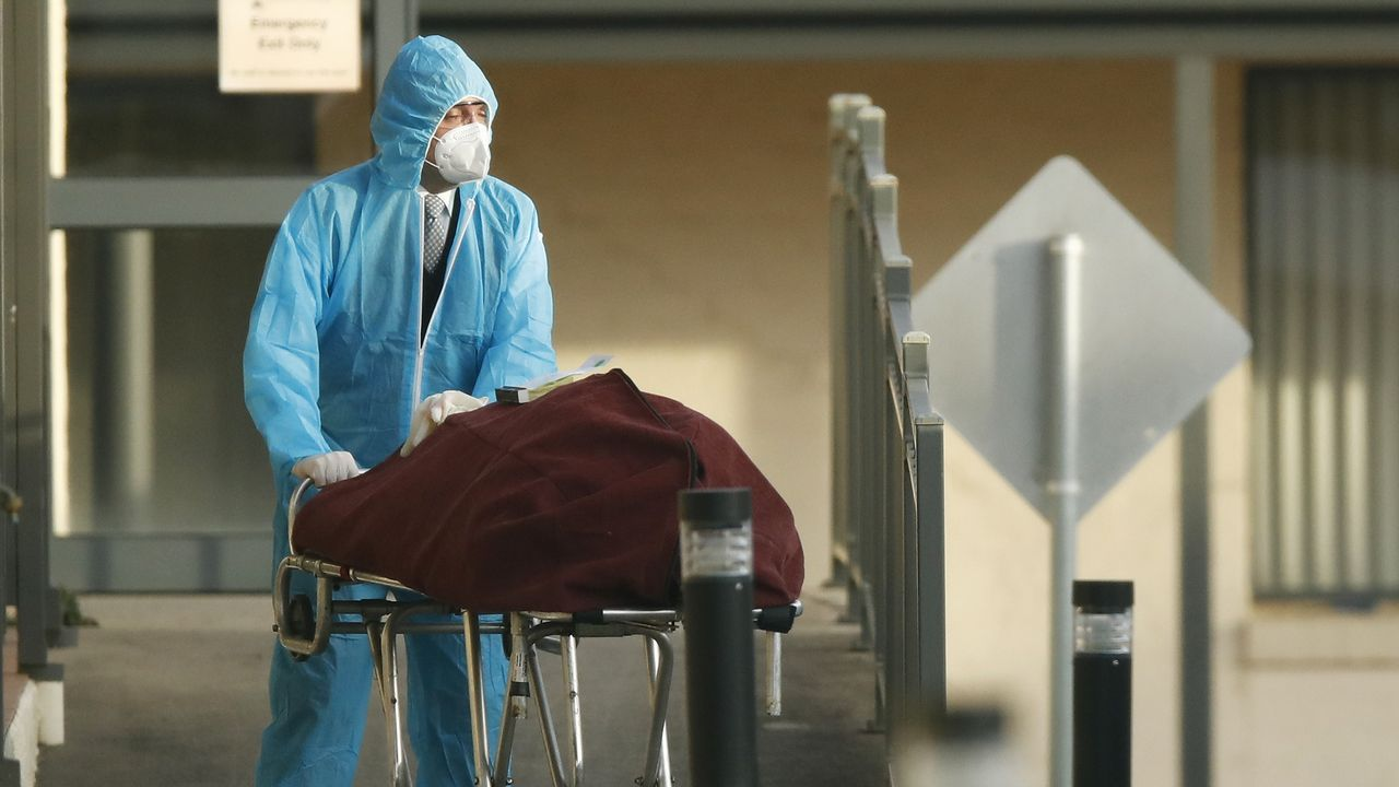 Imágenes de la pandemia en el mundo.Una persona con mascarilla camina porAlbert Pak en Melbourne, Australia