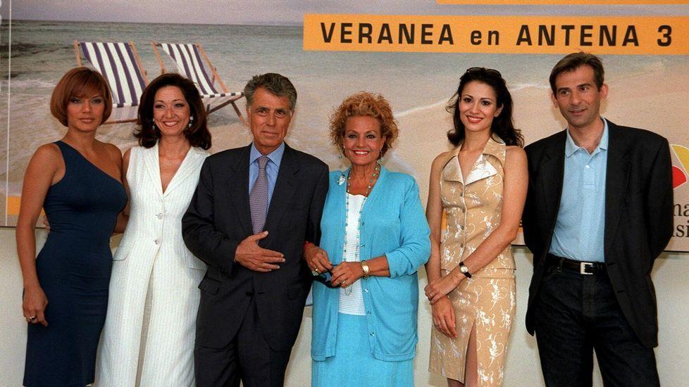 Jesús Hermida, acompañado de Ana Rosa Quintana e Yvonne Reyes a su derecha; y de Carmen Sevilla, Silvia Jato y Juanjo Prats, durante la presentación de la programación de Antena 3 en el año 1998.