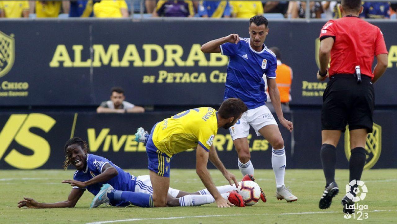 Tejera Boateng Jose Mari Cadiz Real Oviedo Carranza.Tejera y Boateng pugnan por un esferico con Jose Mari