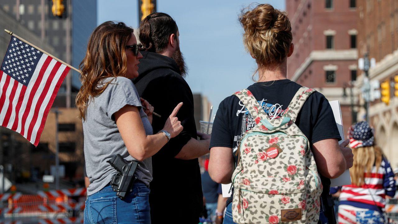 Una trumpista porta un arma de fuego una manifestación frente a un centro de recuento de votos en Detroit (Míchigan)