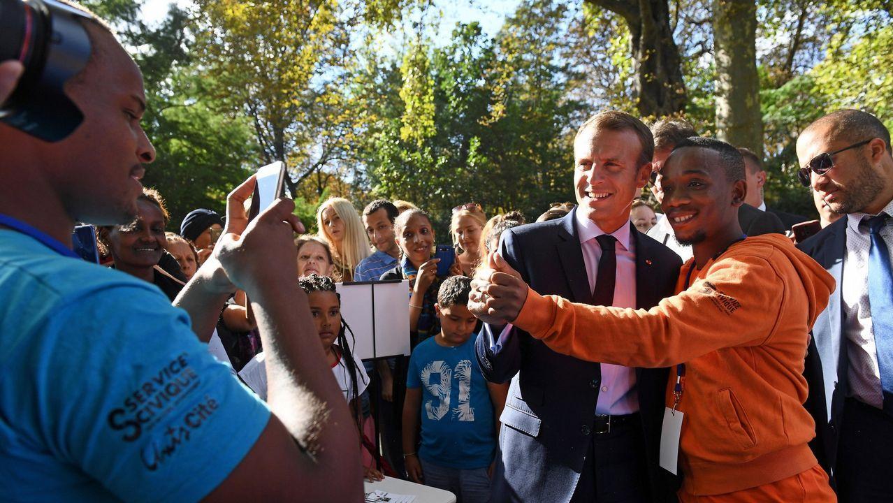 Macron saludando a las personas que se acercaron al Palacio del Eliseo
