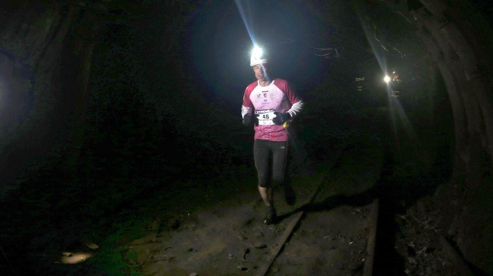 El atleta Fran Martínez Alegre, durante el recorrido que realizó hoy en la edición  zero  de la Xtreme Trail de El Pozo Sotón, de Hunosa, primera prueba de estas características que se disputa a 500 metros de profundidad en esta mina de hulla de San Martín del Rey Aurelio