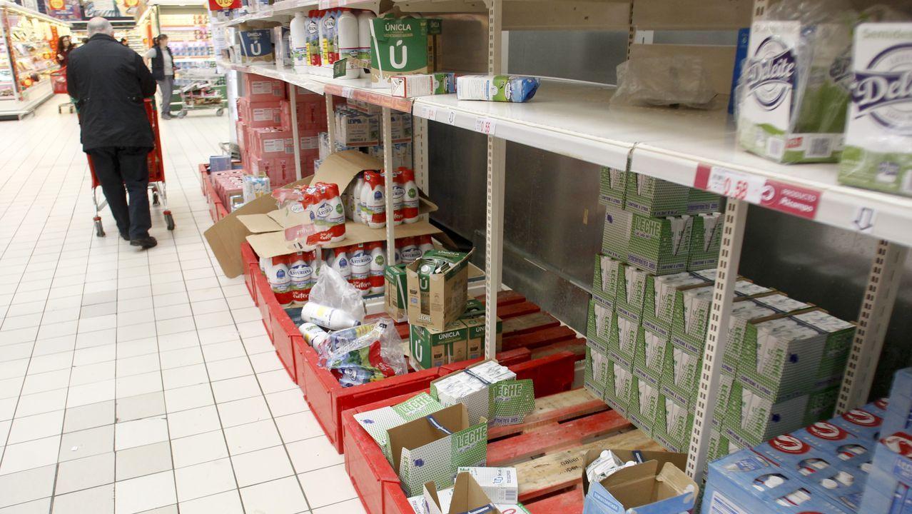 Muchos supermercados se han quedado prácticamente sin cartones de leche.