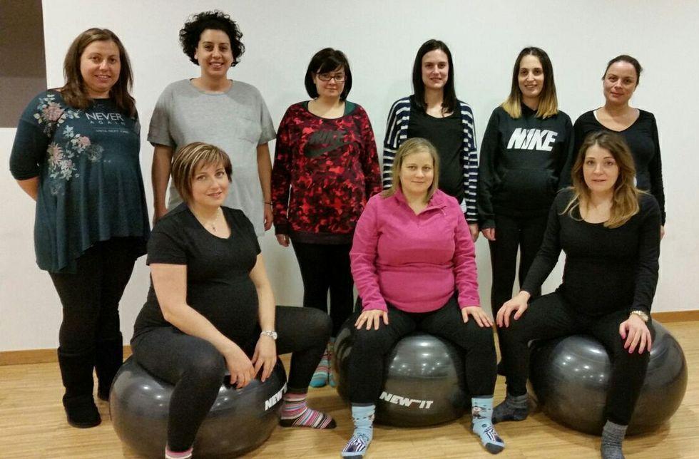 Preparación. El Concello de Rois oferta clases de pilates durante el embarazo (en la imagen, alumnas del curso, algunas de las cuales ya dieron a luz) y de entrenamiento posparto, que comenzarán este mes.