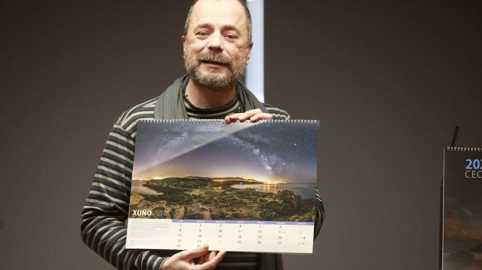 Dosi Veiga cun exemplar do calendario «Ceos Galegos»