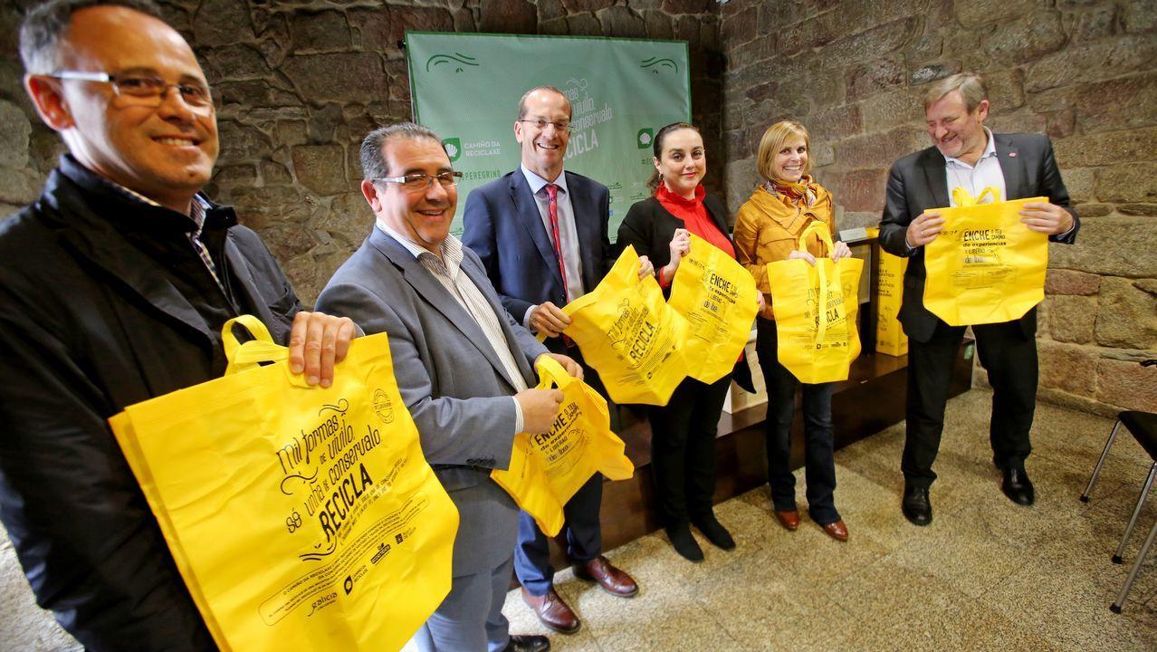 Voluntarios limpian 25 espacios naturales en Galicia.La acumulación de plásticos en el mar y en la costa es un fenómeno global, como se puede ver en esta imagen de Santo Domingo