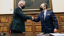 Santiago García Granda felicita a Ignacio Villaverde, nuevo rector de la Universidad de Oviedo