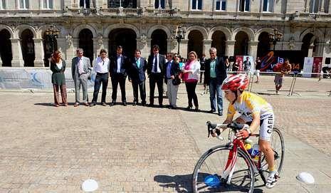 El alcalde ortegano (izquierda) en la presentación, ayer en A Coruña.