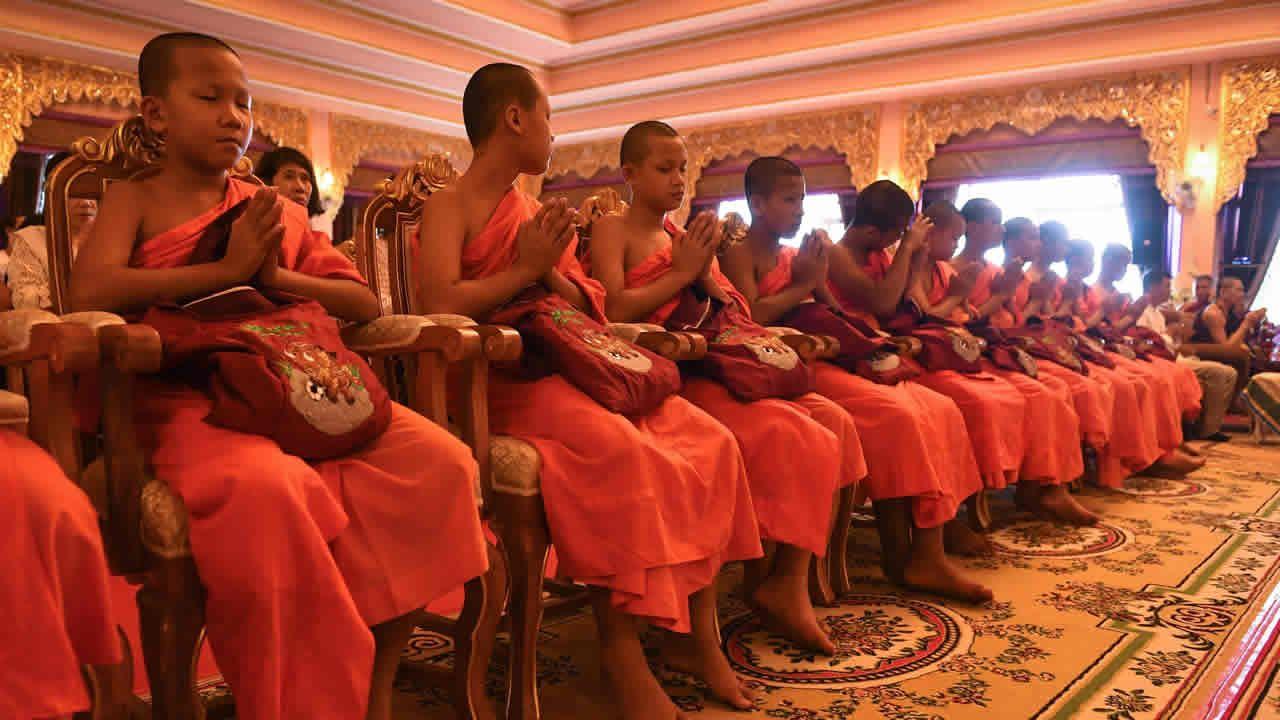 Ordenación budista en Tailandia de los niños rescatados en la cueva