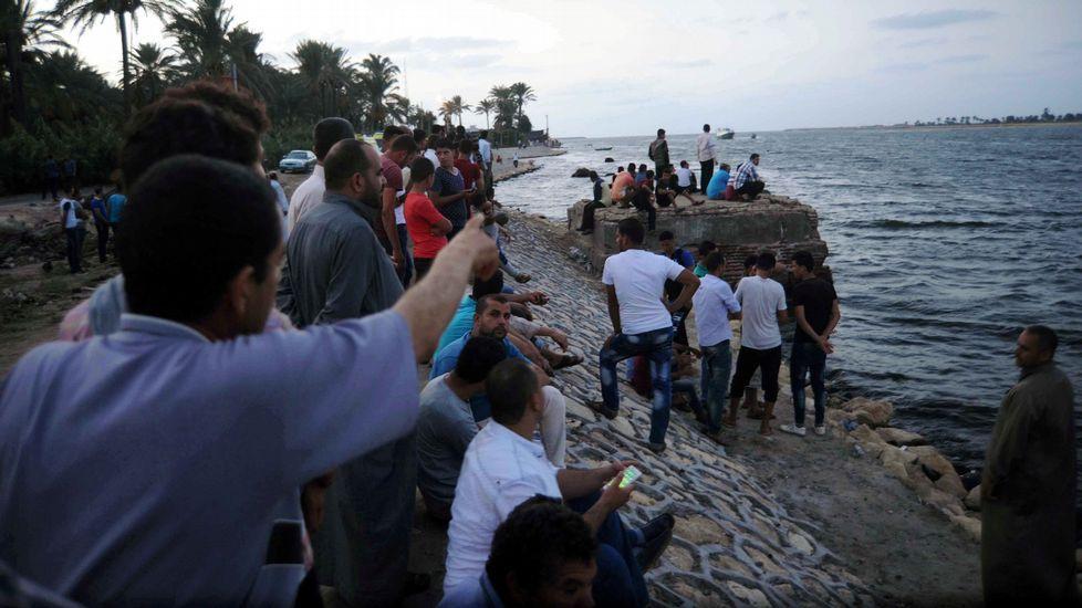 Habitantes de la provincia egipcia de Beheira, reunidos en la costa a pocas millas de donde se hundió el barco, con 600 personas.