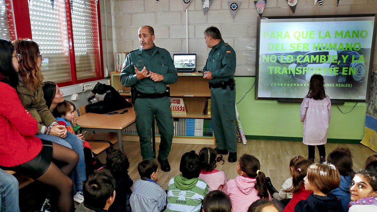 Agentes de la Guardia Civil dan una charla en un colegio